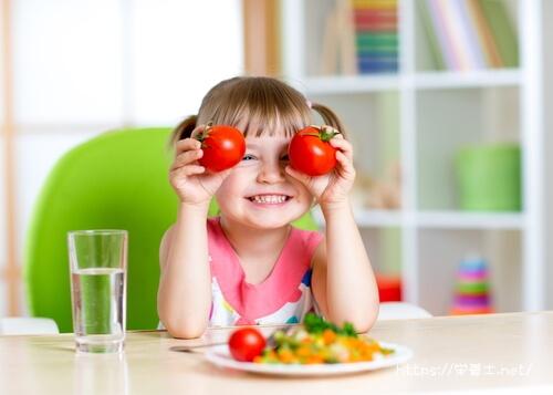 トマトが大好きな子供